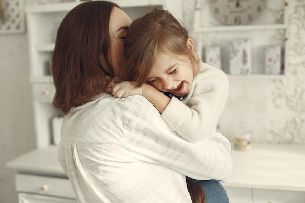 Familie thuis. moeder met dochter in een kamer. Gratis Foto