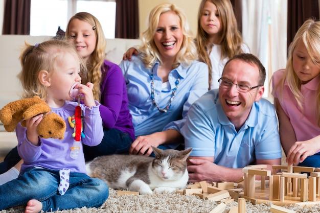 Familie thuis spelen Premium Foto