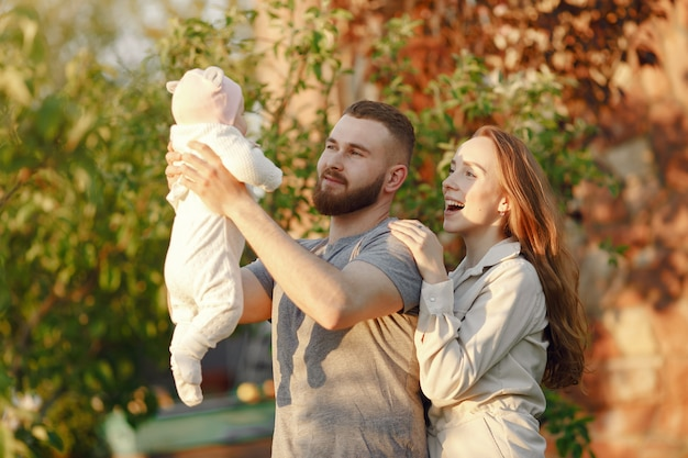 Familie tijd doorbrengen in een zomertuin Gratis Foto