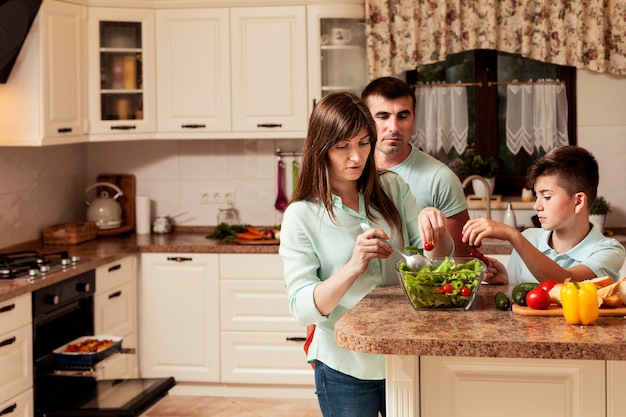 Familie tijd samen doorbrengen in de keuken bereiden van voedsel Gratis Foto
