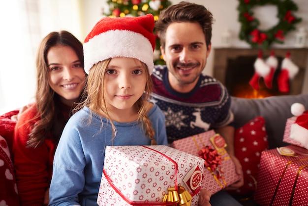 Familie tijdens de kersttijd Gratis Foto