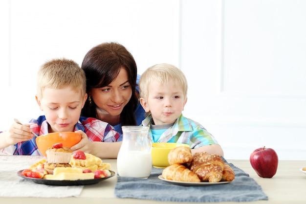 Familie tijdens het ontbijt Gratis Foto