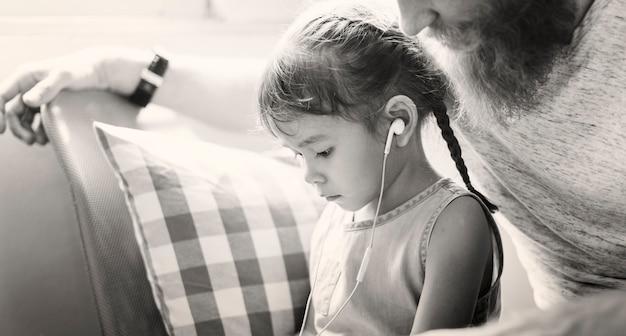 Familie vader dochter liefde ouderschap luisteren muzieksamenhorigheid concept Gratis Foto