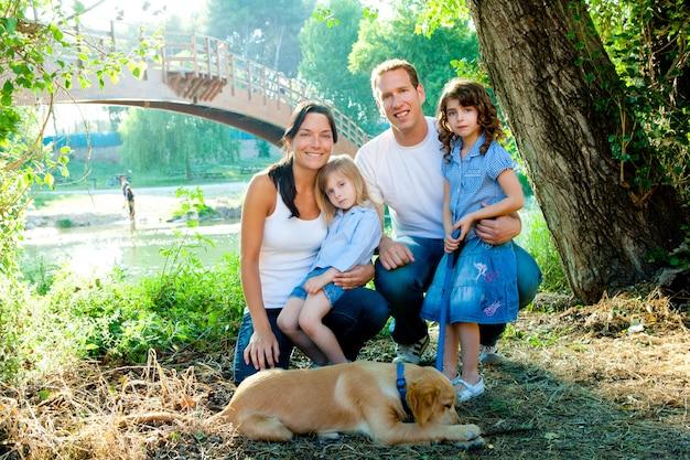 Familie vader moeder kinderen en hond buiten Premium Foto