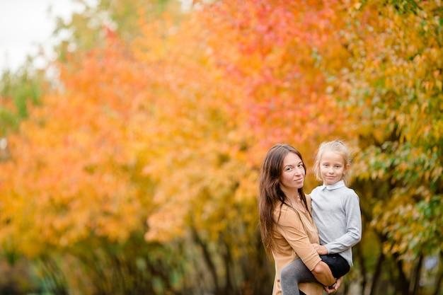 Familie van moeder en kind buitenshuis in herfstdag Premium Foto