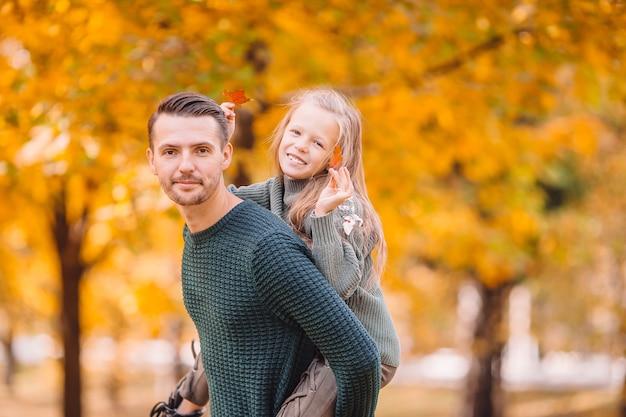 Familie van vader en kind op mooie herfstdag in het park Premium Foto