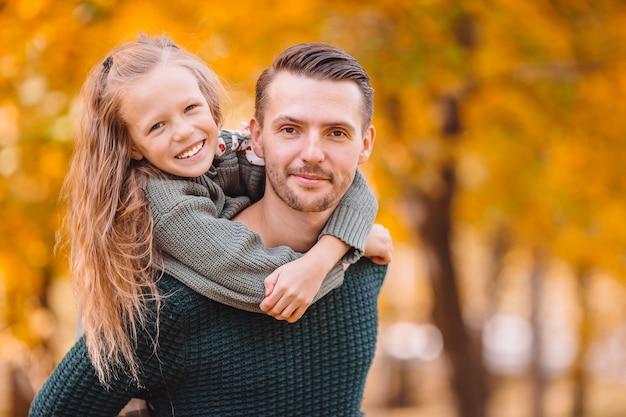Familie van vader en kinderen op mooie herfstdag in het park Premium Foto