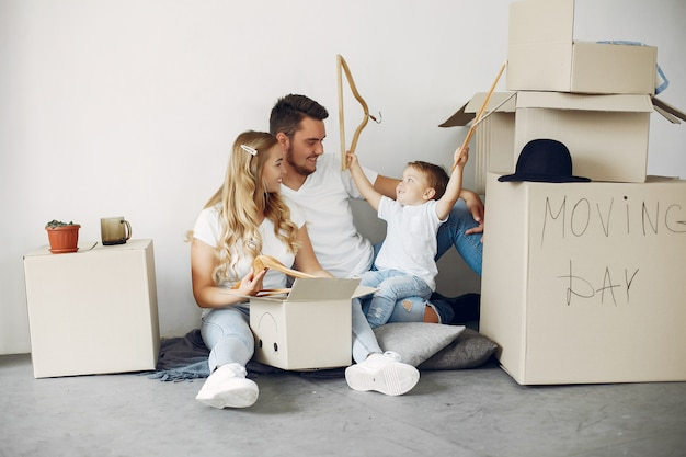 Familie verplaatsen en dozen gebruiken Gratis Foto