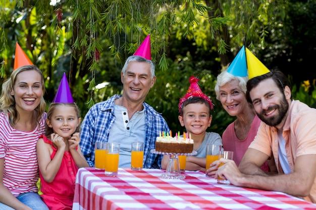 Familie vieren verjaardag op werf Premium Foto