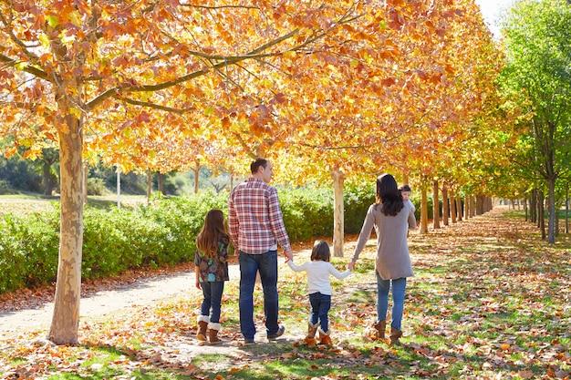 Familie wandelen in een herfst park Premium Foto