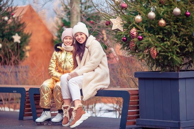 Familie wintersport. moeder en dochter op winterdag Premium Foto