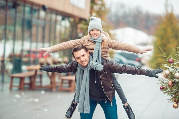 Familie wintersport. vader en dochter op winterdag Premium Foto