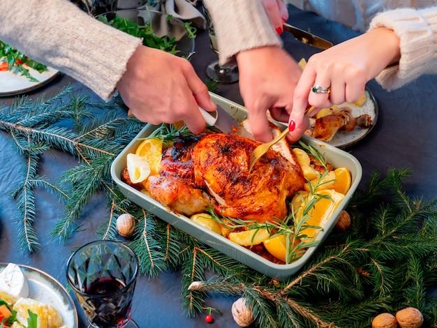 Familie zit aan kerst tafel vol met voedsel Premium Foto