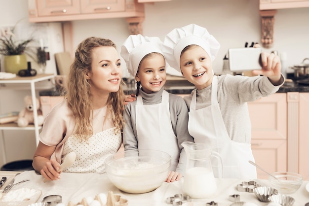 Family mum kids take selfie cooking bij kitchen. Premium Foto