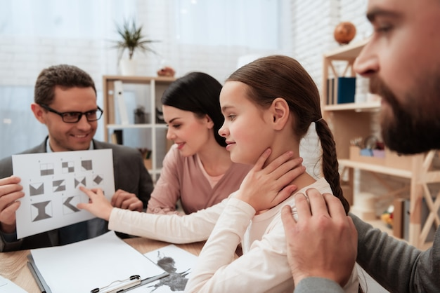 Family pass grafische test in psycholoog kantoor. Premium Foto