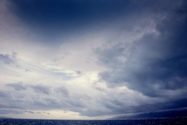 Fantastisch uitzicht op de hemel bij zonsondergang met stapelwolken Premium Foto