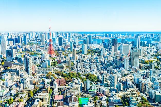 Fantastische stadsbeeld met wolkenkrabbers en bomen Gratis Foto