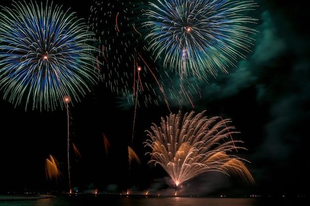 Fantastische veelkleurige vuurwerkviering van de grote boot over het overzees, vieringsconcept Premium Foto