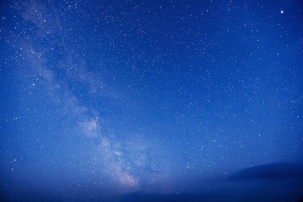 Fantastische winter meteorenregen en de met sneeuw bedekte bergen. Premium Foto