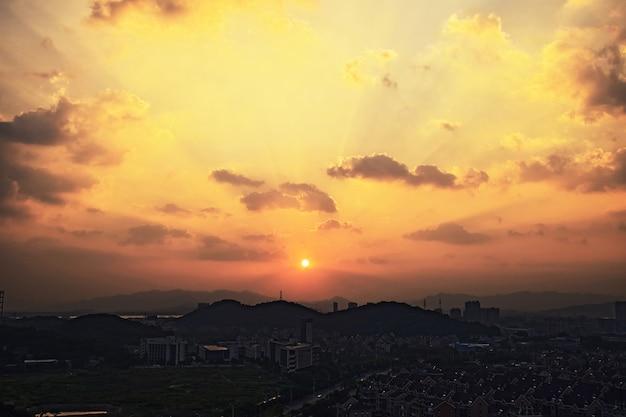 Fantastische zonsopgang in de stad Gratis Foto