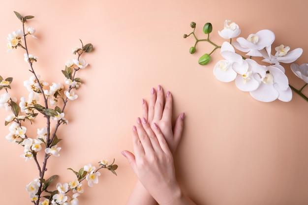 Fashionrt portret vrouw bloemen in haar hand met een fel contrasterende make-up. Premium Foto