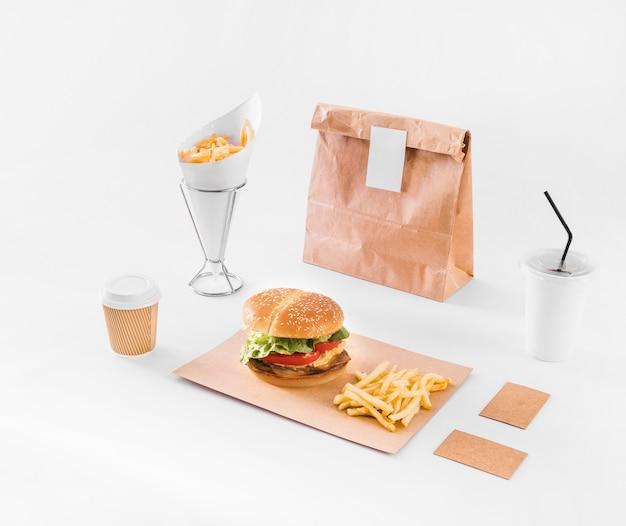 Fast food; verwijdering beker en pakket op wit oppervlak Gratis Foto