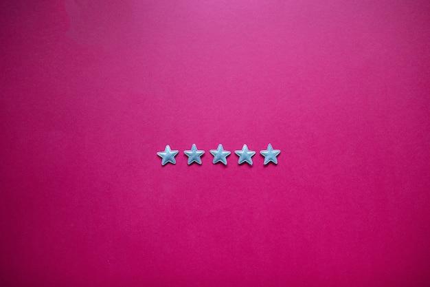 Feedback met vijf sterren op blackboard. serviceclassificatie, tevredenheidsconcept Premium Foto