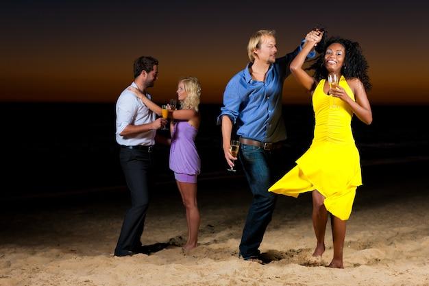 Feest en dansen op het strand Premium Foto