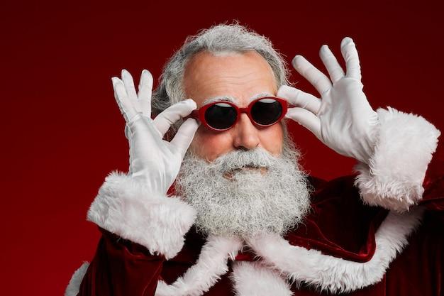 Feest kerstman die zonnebril draagt Premium Foto