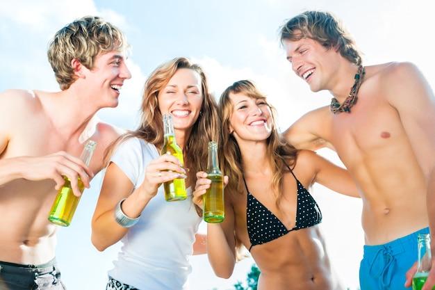Feest vieren op het strand Premium Foto