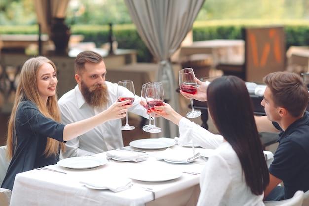 Feest. vrienden drinken wijn in een restaurant. Premium Foto