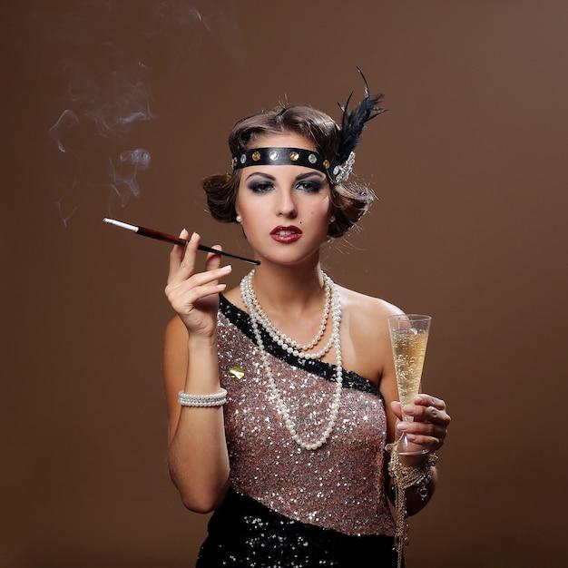 Feest vrouw met bruine achtergrond, roken Gratis Foto