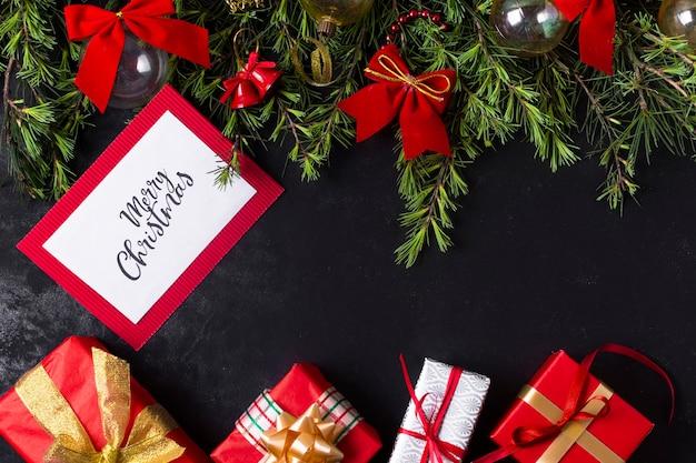 Feestelijk kerstarrangement met kaartmodel Gratis Foto