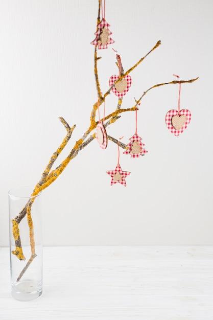 Feestelijke boomtak versierd met ornamenten Gratis Foto