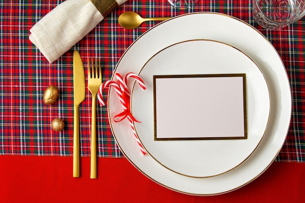 Feestelijke decoratie van kerst tafel voor het feest Premium Foto