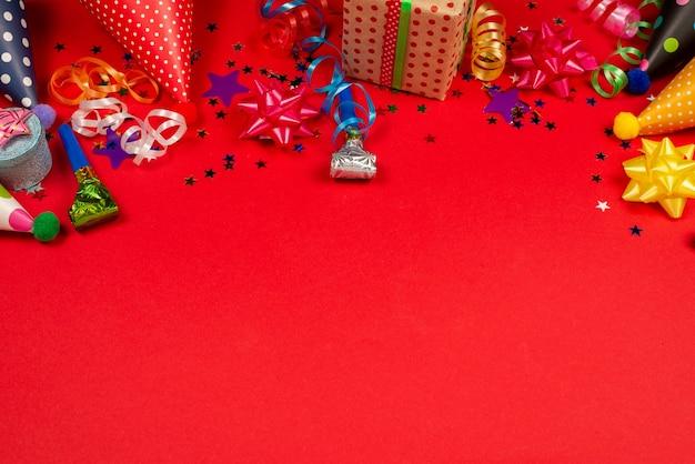Feestelijke gouden en paarse sterren van confetti en een cadeau Premium Foto