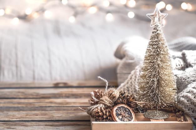 Feestelijke het decorstilleven van kerstmis op houten achtergrond, concept huiscomfort en vakantie Gratis Foto