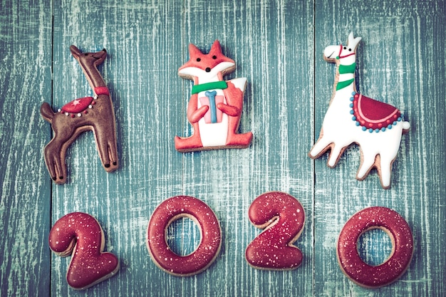 Feestelijke nieuwe jaarpeperkoek op een houten muur. Gratis Foto