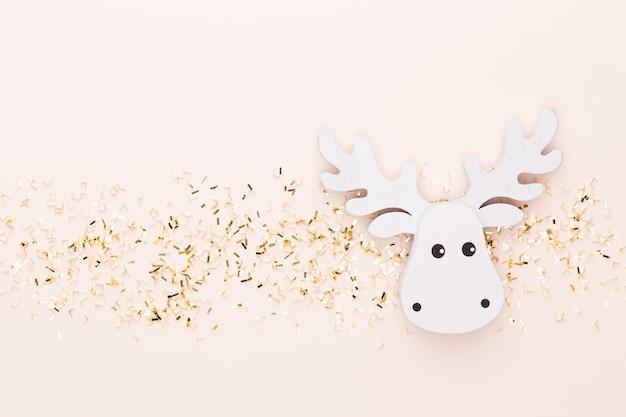 Feestelijke pastel achtergrond. kerststerren en glanzende glitter, confetti op pastel achtergrond. kerstmis. bruiloft. verjaardag. valentijnsdag. plat leggen. Premium Foto