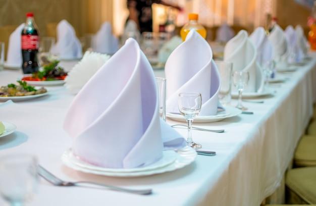 Feestelijke tafel te wachten op gasten voor de viering. Premium Foto
