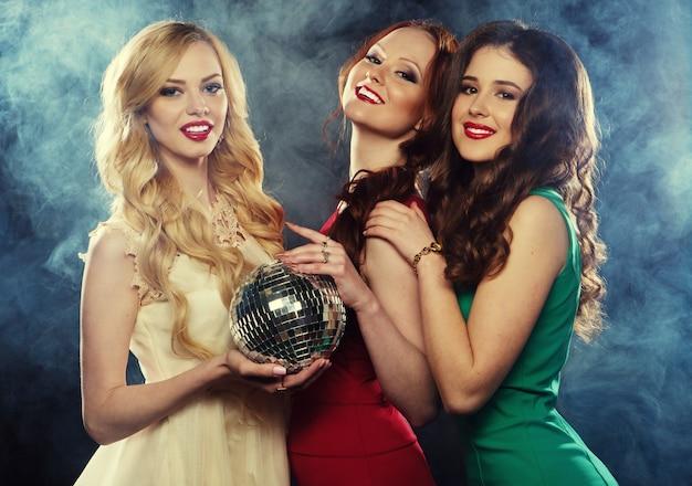 Feestmeisjes met discobal Premium Foto