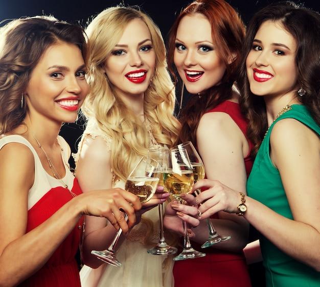 Feestmeisjes rammelende fluiten met mousserende wijn Premium Foto