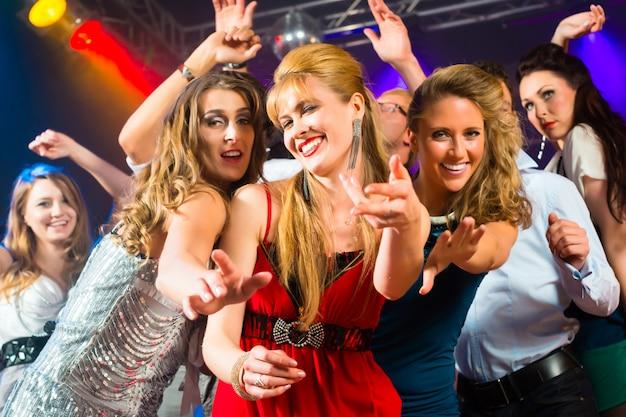 Feestmensen dansen in discoclub Premium Foto