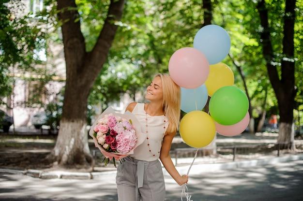 Feestvarken met een boeket bloemen en ballonnen Premium Foto