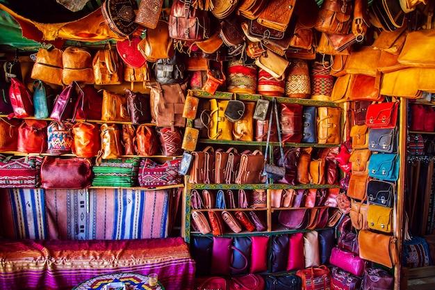 Felle leren tassen op de marokkaanse markt. handgemaakte souvenirs, fez, marokko. Premium Foto