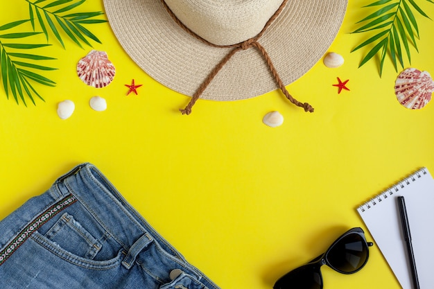 Female straw hat, shorts, sunglasses, notepad for entries Premium Foto