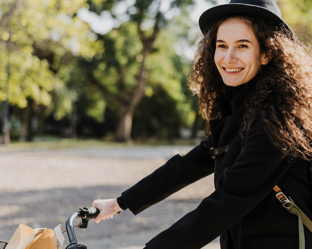 Fiets alternatief vervoer smiley meisje Gratis Foto