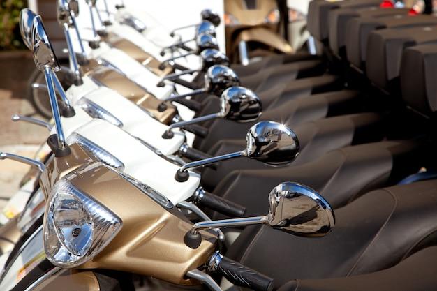 Fietsen scooter motoerbikes detail op een rij Premium Foto