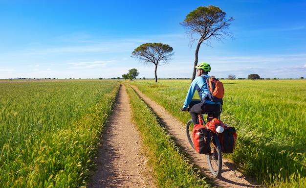 Fietser door camino de santiago in fiets Premium Foto