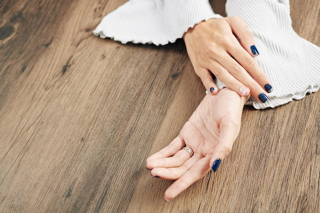 Fijne donkerblauwe manicure Premium Foto